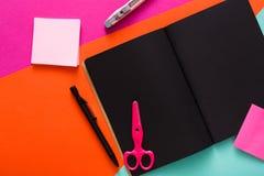 Nowożytna kreatywnie pracy przestrzeń z eleganckim czarnym notepad zdjęcia royalty free