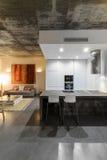 Nowożytna kuchnia z szarą dachówkową podłoga i biel ścianą Zdjęcia Royalty Free