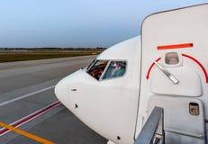 Nowożytna lotnicza usługa w lotnisku dla pasażerów i bagażu, co zdjęcia royalty free