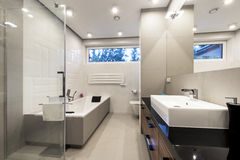 Nowożytna luksusowa łazienka z skąpaniem fotografia stock