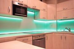 Nowożytna luksusowa kuchnia z zieleni DOWODZONYM oświetleniem Zdjęcia Stock