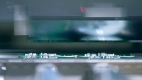 Nowożytna maszyna pracuje, gromadzić mikroukład, zakończenie w górę zdjęcie wideo