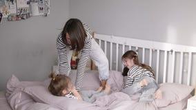 Nowożytna matka dwa bawić się z jej mały córki huśtać się jej i łaskotać w zwolnionym tempie podczas gdy ona stara zdjęcie wideo