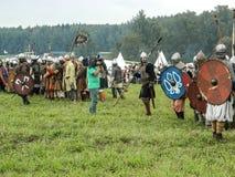 Nowożytna odbudowa antyczna bitwa Slawistyczni plemiona w kwinta festiwalu dziejowi kluby w Zhukovsky okręgu Fotografia Royalty Free
