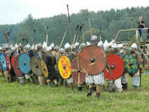 Nowożytna odbudowa antyczna bitwa Slawistyczni plemiona w kwinta festiwalu dziejowi kluby w Zhukovsky okręgu Zdjęcia Royalty Free