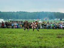 Nowożytna odbudowa antyczna bitwa Slawistyczni plemiona w kwinta festiwalu dziejowi kluby w Zhukovsky okręgu Fotografia Stock