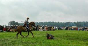 Nowożytna odbudowa antyczna bitwa Slawistyczni plemiona w kwinta festiwalu dziejowi kluby w Zhukovsky okręgu Obraz Stock