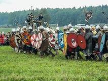 Nowożytna odbudowa antyczna bitwa Slawistyczni plemiona w kwinta festiwalu dziejowi kluby w Zhukovsky okręgu Zdjęcie Stock