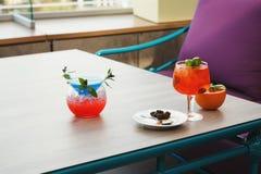 Nowożytna porcja włoch spritz i błękitna laguna z pomarańczowymi plasterkami zdjęcia royalty free