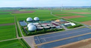 Nowożytna roślina w zielonym polu, bezpieczna energia, zielona produkcja energii, energia odnawialna, biogas produkcja Nowożytny zbiory wideo
