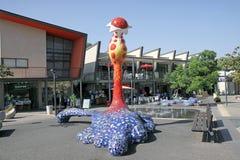 Nowożytna rzeźba w postaci abstrakcjonistycznego kwiatu w parku ja obraz stock