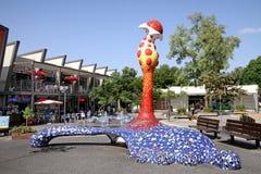 Nowożytna rzeźba w postaci abstrakcjonistycznego kwiatu w parku ja Zdjęcia Stock