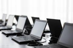 Nowożytna sala konferencyjna z meble, laptopy, duzi okno biurowego lub stażowego centrum wnętrze Komputerowy Lab Obrazy Royalty Free