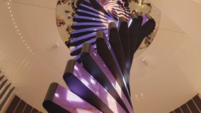 Nowożytna spirala z ekranem Ślimakowaty futurystyczny projekt z barwiącym ekranem fotografia stock