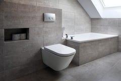 Nowożytna stylowa łazienka z szarymi płytkami obrazy royalty free