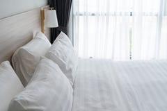 Nowożytna sypialnia z drewnianym łóżkiem zdjęcia stock