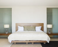 Nowożytna sypialnia z drewnianym łóżkiem Zdjęcie Stock
