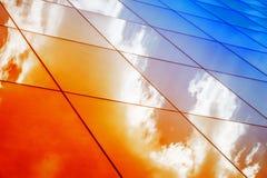 Nowożytna szklana architektura z odbiciem czerwony i błękitny zmierzchu niebo Dramatyczny jaskrawy kolor Rocznika stylowy tło Obrazy Stock