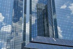 Nowożytna szklana fasada wieżowiec w Frankfurt magistrala - Am - obrazy royalty free