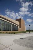 Nowożytna szkoła średnia z niebieskim niebem i chmurami zdjęcia royalty free