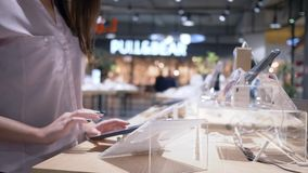 Nowożytna technologia, klient używa pastylka komputer z ekranem dotykowym przy gadżet salą wystawową przy elektronika sklepem zbiory