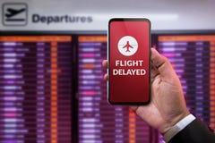 Nowożytna technologia w podróży pojęciu Lot Opóźniający na Smartphon zdjęcia stock