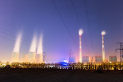 Nowożytna termiczna elektrownia przy nocą Fotografia Royalty Free