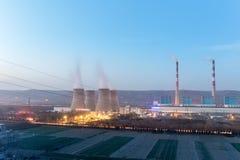 Nowożytna termiczna elektrownia przy półmrokiem Obraz Royalty Free