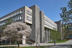 nowożytna uniwersytecka architektura, uniwersytet Waterloo, Kanada fotografia royalty free