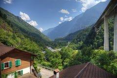 Nowożytna wysokogórska dolina z autostradą fotografia stock