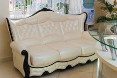 Nowożytna z kości słoniowej kanapa w pogodnym poczekalni wnętrzu Zdjęcia Stock