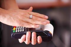 Nowożytna zapłata z nową technologią zapłaty używać mądrze pierścionku, zakupu i bubla produktów usługa na drewnianym stole, Fotografia Stock