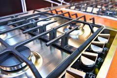 Nowożytne benzynowe kuchenki w sklepie fotografia royalty free