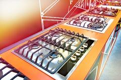 Nowożytne benzynowe kuchenki w sklepie zdjęcia royalty free