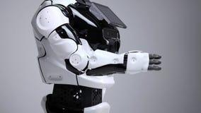 Nowożytne mechaniczne technologie Biały nowożytny robot w jaskrawym studiu Android zgina jego rękę, pokazuje jego złącza zbiory wideo
