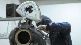 Nowożytne mechaniczne technologie Inżynier tworzy nowożytnego android lub robot Produkcja i manufaktura roboty zbiory