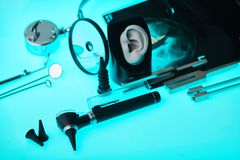 Nowożytne przesłuchanie pomoce na ENT narzędzia tle, miękka ostrość ENT akcesorium obrazy stock