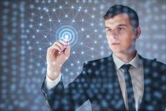 Nowożytne technologie, pojęcie, interneta i sieci - mężczyzna, naciska guzika na wirtualnym ekranie Zdjęcie Stock