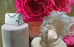 Nowożytne torebki w sklepowym okno na tle róże Oroton jest australijczyk mody akcesoriów luksusowym firmą obrazy royalty free