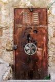 Nowożytnego brown metalu drzwiowy openwork z szczytami piękny rocznika tło Zdjęcia Stock