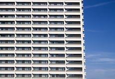 Nowożytnego budynku frontowa ściana z wielostrzałowym wzorem okno przeciw niebieskiemu niebu Zdjęcia Royalty Free