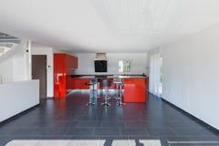 Nowożytnego domowego wnętrza pusta kuchnia, jadalnia Fotografia Stock