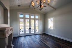 Nowożytnego domowego wnętrza pusta sypialnia zdjęcie royalty free
