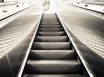 Nowożytnego eskalatoru pionowo transport w postaci poruszającego schody w czarny i biały kolorze obrazy royalty free
