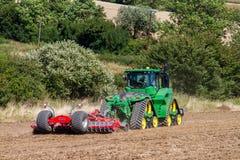 Nowożytnego John deere caterpilla uprawy ciągnikowy uprawowy Angielski pole obraz stock