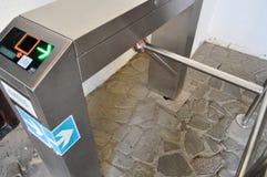 Nowożytnego metalu automatyczny kołowrót dla przechodzić ludzi na klingeryt kartach, przepustki Elektryczny punkt kontrolny z zie obrazy royalty free