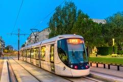 Nowożytnego miasta Alstom tramwajowy Citadis 302 przy Hotelu De Ville stacją Le Havre, Francja obrazy stock
