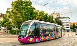 Nowożytnego miasta Alstom tramwajowy Citadis 302 w Dijon, Francja zdjęcia stock