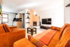 Nowożytnego mieszkania własnościowego mieszkania żywy pokój z kanapą i karłem Zdjęcie Stock
