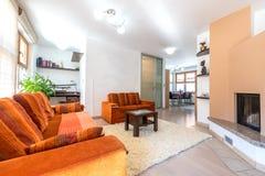 Nowożytnego mieszkania własnościowego mieszkania żywy pokój z kanapą i karłem Obrazy Royalty Free